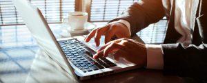 main travaillant sur laptop