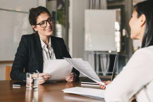 réunion entre businesswoman qui sourit et parle à une autre femme