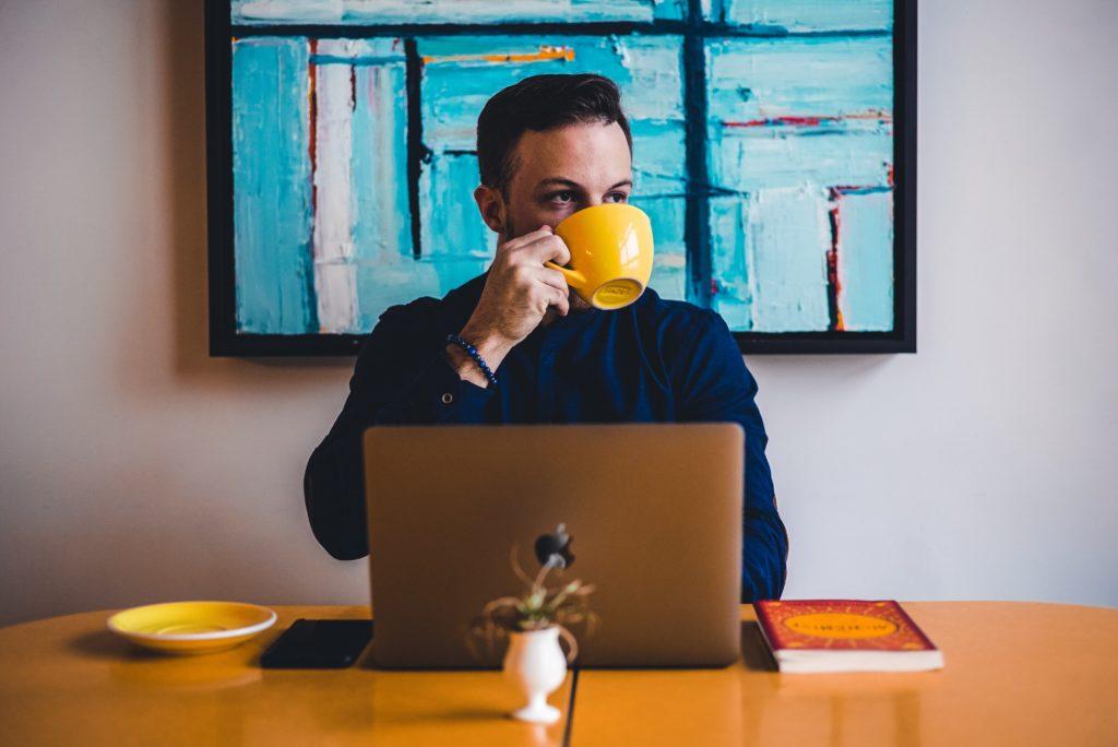 Homme buvant son café en travaillant