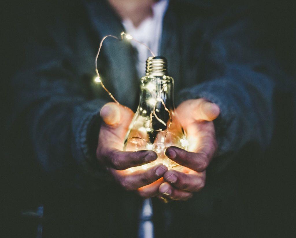 Mains tenant une ampoule
