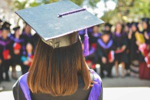 Jeune femme diplômée