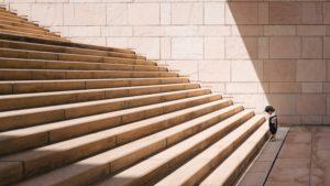 enfant devant un escalier