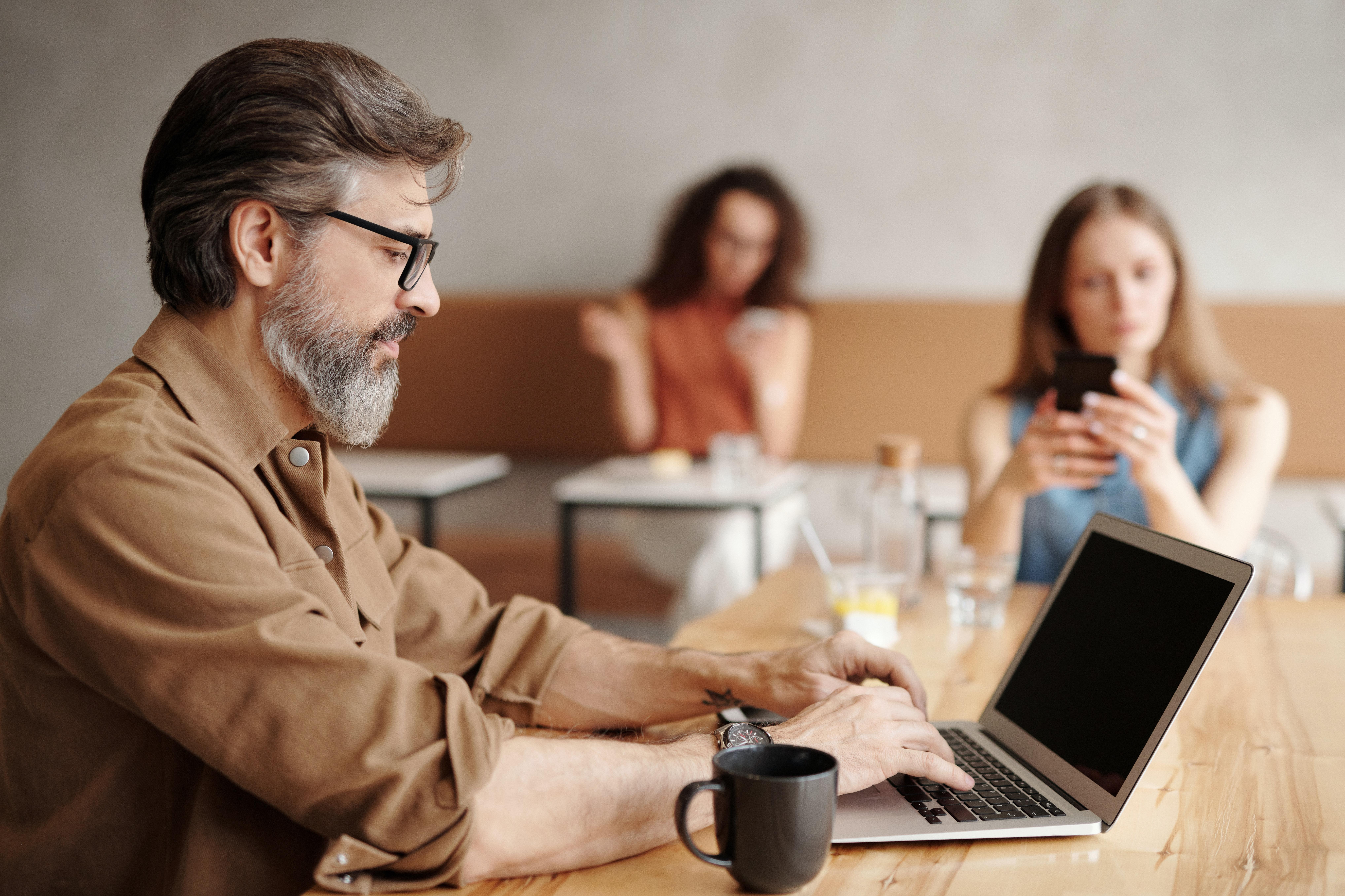 Homme écrivant sur son ordinateur